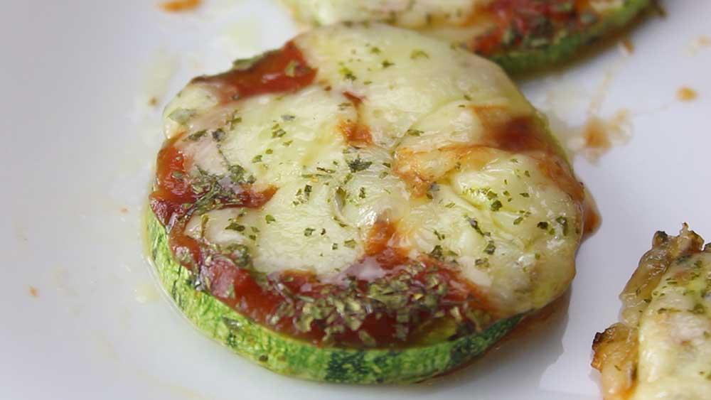 Mini Pizza de Abobrinha com Queijo